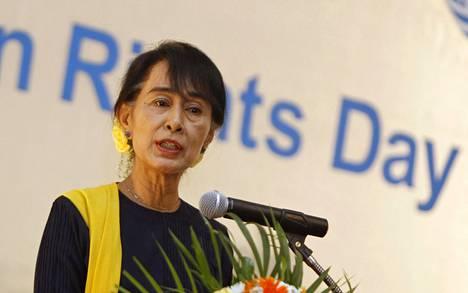Oppositioliikkeen johtaja Aung San Suu Kyi vuonna 2012 ihmisoikeuksien päivänä Yangonissa.