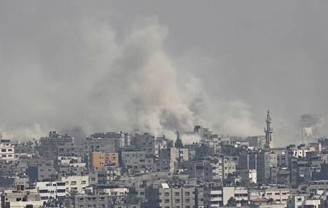 Israelin pommitusten savu verhosi Gazan kaupunkia maanantaina.
