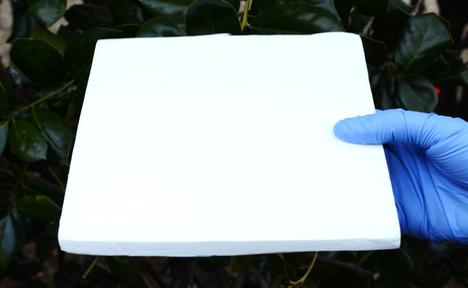 Poistamalla puusta ligniini ja puristamalla jäljelle jäänyt selluloosa tiiviiksi saadaan levyä, joka säteilee lämpöä avaruuteen.