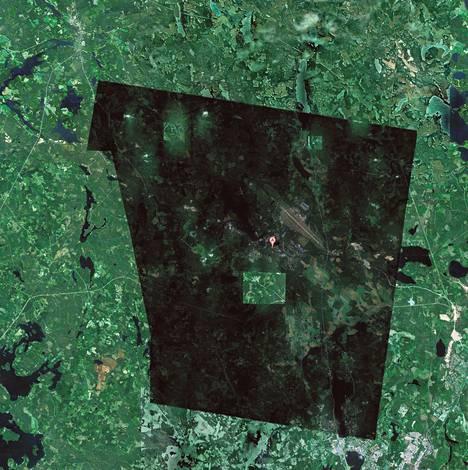 Googlen karttapalvelussa Tikkakosken alueen yllä näkyy omituinen tummennus. Alueen ilmakuvaaminen on kielletty ilman Puolustusvoimien antamaa lupaa.