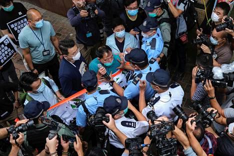 Mielenosoittajat ja poliisi kahakoivat Hongkongissa perjantaina.