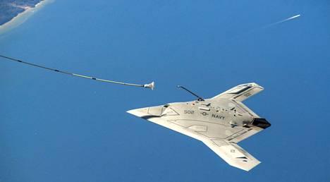 Northrop Grumman hehkuttaa X-47B-lennokkinsa kykyä suoriutua monimutkaisista tehtävistä ilman ihmisohjausta. Kuvassa ilma-alus näyttää, kuinka se selviää vaativasta ilmatankkauksesta ilman ihmisen apua.