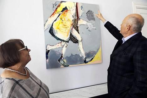 Koneen säätiön Hanna Nurminen ja Lauri Paloheimo keskustelivat taiteen tukemisesta Lauttasaaren kartanossa vuonna 2018. Edessä Anna Tuorin paikkaan tilattu maalaus.