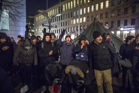 """""""Lauantaina seuraamme liittyy perheitä, ulos kylmään"""", Suomen muuttunutta turvapaikkapolitiikkaa Irakin suhteen vastustavat mielenosoittajat kertoivat HS:lle perjantaina illalla."""