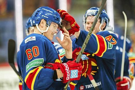 Santeri Saari onnittelut uransa ensimmäisestä KHL-maalista joulukuun alussa Ville Lajuselta.