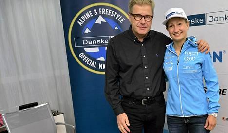 Tanja Poutiainen ja hänen polvensa leikannut ortopedi Eero Hyvärinen kertoivat torstaina alppihiihtäjän kuntoutumisen sujuvan hyvin.