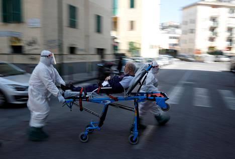 Potilasta kuljetettiin Napolissa huhtikuun alussa. Italia osoitti, miten pahaksi epidemian olisi voinut Suomessakin mennä.