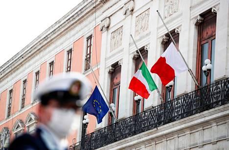 Euroopan unionin, Italian ja Barin kaupungin liput liehuivat puolitangossa koronaviruksen uhrien muistolle Apuliassa maaliskuun lopussa.