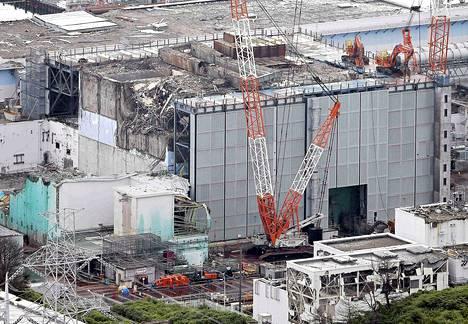 Ilmaskuvassa näkyy Fukushiman tehdasalueen kolmosreaktori, josta alkoi torstaina nousta höyryä.