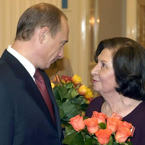 Venäjän presidentti Vladimir Putin onnitteli Goar Vartanjania kansainvälisenä naistenpäivänä 8. maaliskuuta 2005.