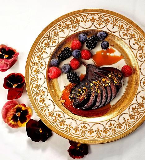 Mikäli saatavilla on tuoreita marjoja, niillä voi raikastaa ja kaunistaa päärynäjälkiruokaa.