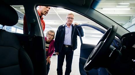 Sirpa ja Leo Lyytikkä katselivat Kia Niro Pulg-in Hybrid -autoa J. Rinta-Joupin Ala-Tikkurilan myymälässä myyjä Kai Lindtmanin opastuksella.