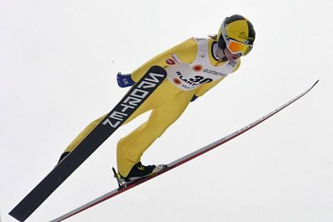 Julia Kykkänen hyppää finaalissa.