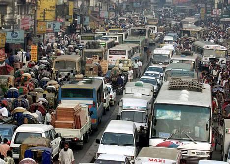 Katukuvaa Bangladeshin Dhakasta. Fossiilisten polttoaineiden aiheuttamia ilmansaasteisiin liittyviä kuolemia esiintyy eniten Aasiassa.