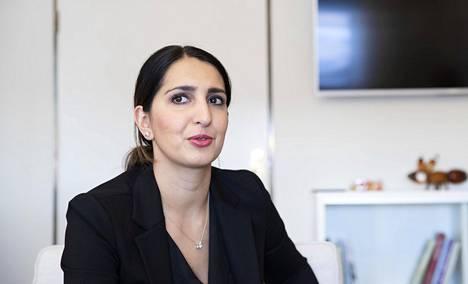Helsingin apulaispormestari Nasima Razmyar työhuoneessaan Kaupungintalolla 6. maaliskuuta 2020.