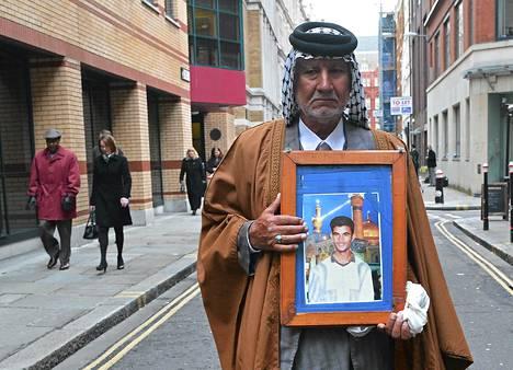 Mizal Karim Al-Sweady syytti Britanniaa poikansa Hamidin kuolemasta. Nyt syytteistä on luovuttu. Kuva on viime vuoden maaliskuulta.