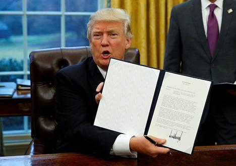 Donald Trump esitteli maanantaina allekirjoittamaansa presidentin asetusta, jonka mukaan Yhdysvallat vetäytyy Tyynenmeren vapaakauppasopimus TPP:stä.