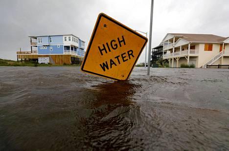 Korkeasta vedenpinnasta varoittava liikennemerkki oli jäänyt lähes veden peittämäksi Oak Islandissa Pohjois-Carolinassa lauantaina.