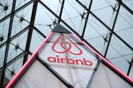 Airbnb kertoo myös estävänsä uusien varausten tekemisen Washingtonin-vuokrakohteisiin virkaanastujaisia ympäröivälle viikolle. Airbnb-sivuston logo lasipyramidissa Pariisin Louvre-museossa.