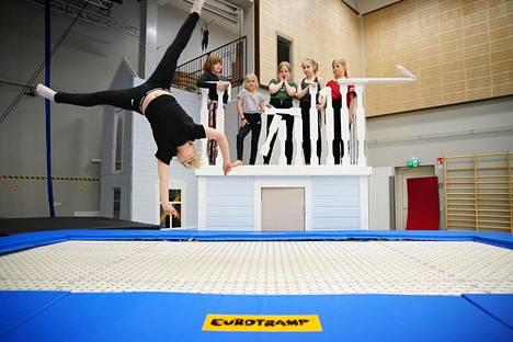 Sirkuskoulu Muikku on saanut EU-tukea. Minttu Ihalainen hyppii trampoliinilla. Taustalla tarkkailevat Elli Peltonen (vas.), Peppi Ihalainen, Martta Seppänen, Siiri Eskelinen ja Elli Pitkänen.