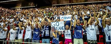 Suomalainen yleisömeri koripallon MM-kisoissa Bilbaossa.