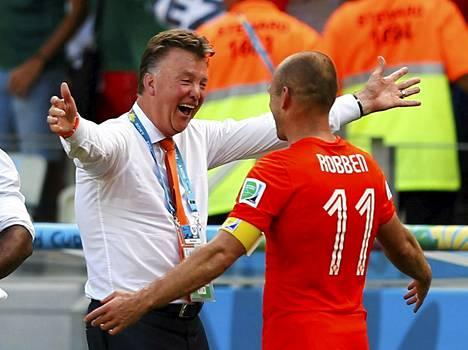 Louis van Gaal ja Arjen Robben halasivat ottelun ratkettua.