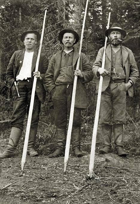 """Uittomiehiä. Suistamo, 1920–1930-lukujen vaihde. Pohjois-Karjalan museo. """"Tuntemattomien kyläkuvaajien otoksissa itäsuomalainen kansa näyttäytyy eri tavoin kuin kaupungeista tulleiden tutkijoiden tai dokumentaristien työssä. Suistamon tukkilaiset ovat vahvoja ja itsetietoisia alansa huippuosaajia."""""""
