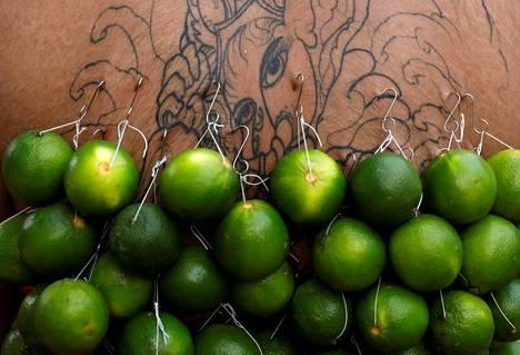Singaporessa vietettiin torstaina hindulaista Thaipusam-festivaalia, johon osallistuvat lävistivät itseään piikeillä ja koukuilla, joihin oli kiinnitelty hedelmiä ja muita painoja.