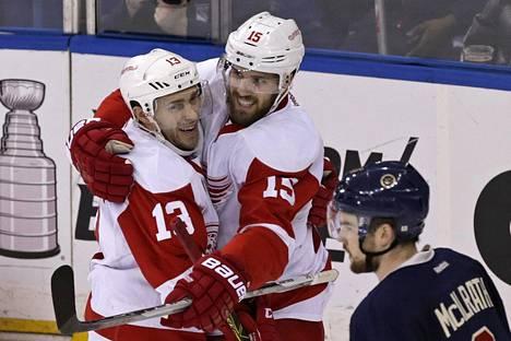 Detroitin Pavel Datsjukin (vas.) ja Riley Sheahanin kausi jatkuu pudotuspeleissä.