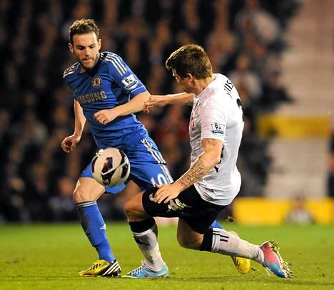 Kuvassa oikealla oleva John Arne Riise keskittyy puolustamaan vain Fulhamia.