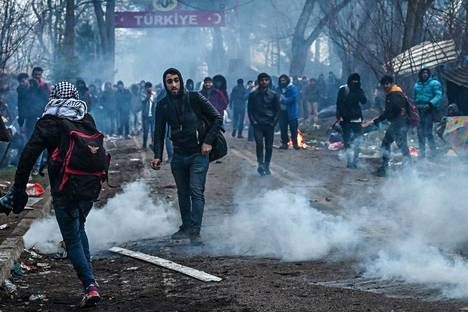 Turkin puolella rajanylitystä odotti satoja siirtolaisia.