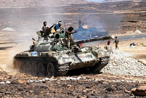 Jemenin armeijan panssarivaunu al-Qaidan vastaisessa operaatiossa torstaina Shabwan maakunnassa.