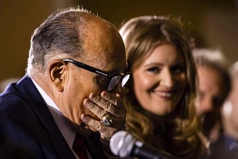 Yhdysvaltojen presidentin Donald Trumpin juristi Rudy Giuliani (vas.) ja hänen tiimiinsä kuuluva Jenna Ellis kävivät tällä viikolla puhumassa vaalituloksesta Pennsylvanian Senaatin komitealle Gettysburgissa Pennsylvaniassa.