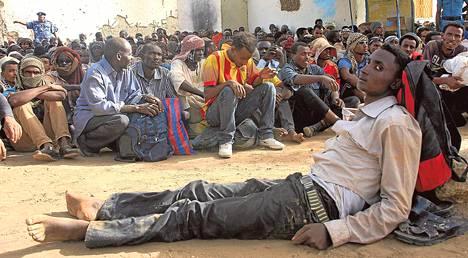 Satoja aavikolle hylättyjä siirtolaisia tuotiin turvaan sotilastukikohtaan Dongolaan viikonloppuna.