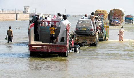 Pakistanilaiset pakenevat tulvia Dera Allah Yarin kaupungista.