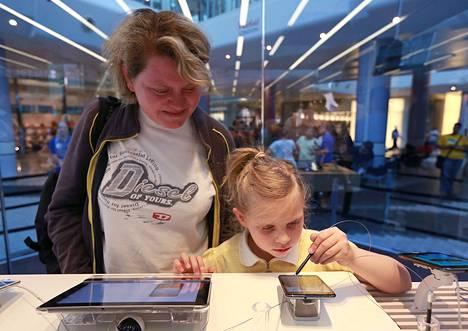 Selvityksen mukaan jo kuusivuotias lapsi ymmärtää viestintäteknologiaa yhtä hyvin kuin 45-vuotias aikuinen. 6-vuotias Adriana tutki äitinsä Marian kanssa tablettitietokoneita Lontoossa toukokuussa 2012.