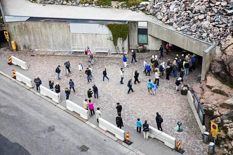 Temppeliaukion kirkkoa suojaavat betoniesteet aiotaan muuttaa pysyviksi, maisemaan paremmin sopiviksi esteiksi.