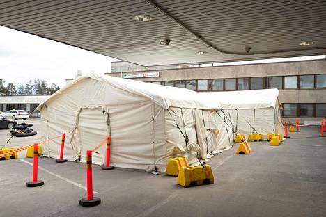 Hyvinkään sairaalan päivystyspoliklinikan edustalla oli maanantaina SPR:n toimittama teltta valmiudessa, mikäli koronaviruspotilaiden määrä kasvaa.