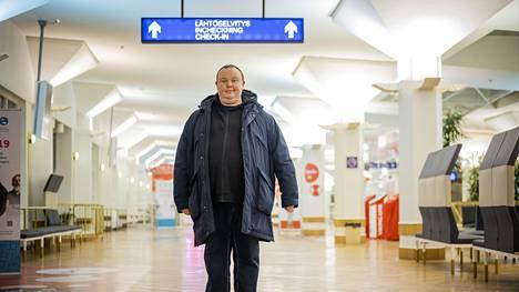 Helsinkiläinen Jani Miettinen käy risteilyillä monta kertaa viikossa. Miettinen kävi kääntymässä Turun terminaalissa ja jatkoi samalla laivalla seuraavalle risteilylle samassa hytissä.