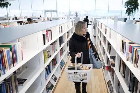 Anja Haanpää kävi Oodissa tiistaina lainaamassa 18 teosta. Hän vie kirjat ja cd-levyt Töölön seniorikeskukseen, jossa asuu 91-vuotias ystävä.
