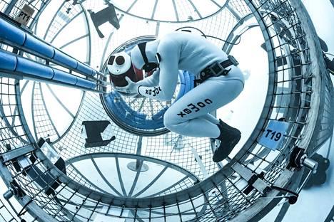 Avaruuslentäjät harjoittelevat sukelluksissa työskentelyä painottomuudessa.