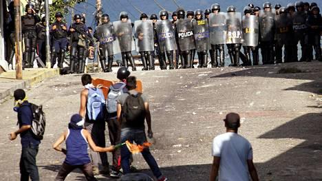 Mielenosoittajat ja poliisi ottivat yhteen San Cristobalissa Venezuelassa maanantaina.