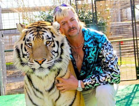 Joe Exoticilla on omien sanojensa mukaan tarhassaan 277 tiikeriä.