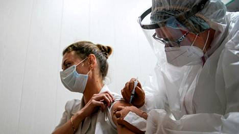 Koronavirusrokotteita kehitetään eri puolilla maailmaa. Lääkäri antoi Sputnik-V -rokotteen Tverissä Venäjällä lokakuussa 2020.