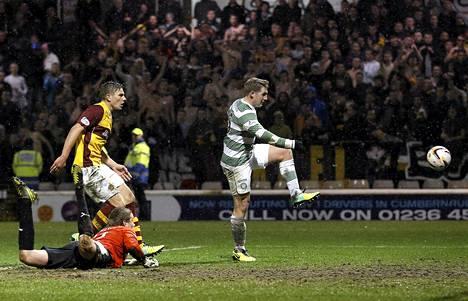 Celticin Kris Commons vaatii tehoja hyökkääjäkavereiltaan. Tässä hän upottaa itse pallon Skotlannin liigassa Motherwellin verkkoon.