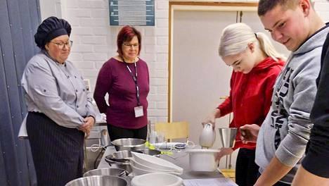 Voittajajoukkueen majoneesin valmistusta seuraavat opettajat Sari Vuolle ja Anne Malinen.