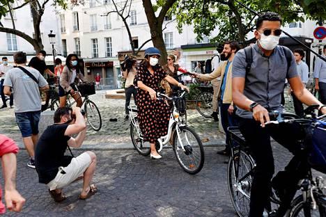 Pariisin pormestari Anne Hidalgo (kesk.) pyöräilemässä kasvomaskiin suojautuneena Pariisissa 25. kesäkuuta.