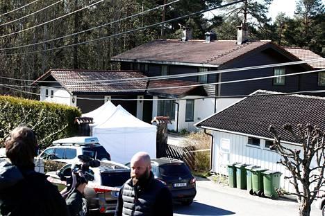 Poliisin teltta oli pystytettynä Tom Hagenin asunnon pihalle tiistaina.