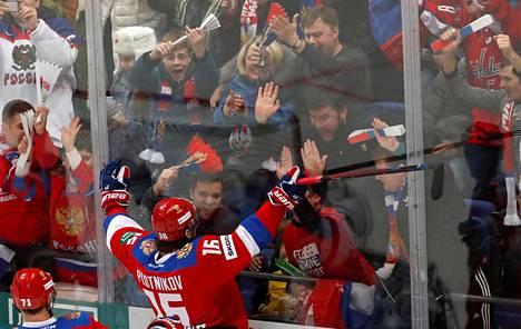 Venäjän maajoukkueen hyökkääjä Sergei Plotnikov juhli maalia EuroHockey-turnauksen ottelussa Kanadaa vastaan joulukuussa.