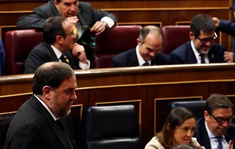 Katalonian itsenäisyysliikkeen vangitut johtohahmot Oriol Junqueras (edessä vas.), Josep Rull (takana vas.), Jordi Turull ja Jordi Sànchez pääsivät osallistumaan Espanjan parlamentin avausistuntoon Madridissa 21. toukokuuta. Junqueras valittiin myös EU-parlamenttiin.